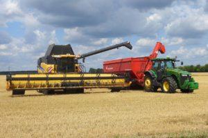 Części do maszyn rolniczych - dlaczego warto sięgać po zamienniki?